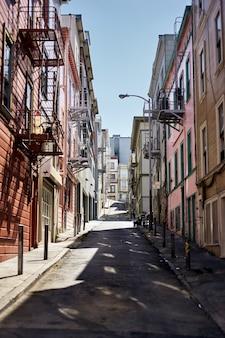 화창한 날 캘리포니아 샌프란시스코의 아파트 건물 사이 골목의 세로 샷