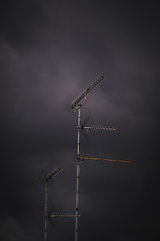 荒天時のアンテナの垂直ショット
