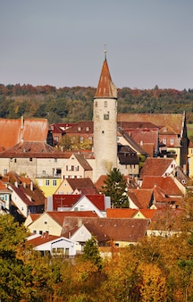 ドイツのキルヒベルクアンデアジャグスト地区の美しい歴史的建造物の垂直方向のショット