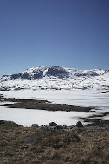 아름다운 눈 덮인 산의 세로 샷