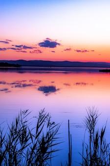 ビーチで美しい夕日の垂直ショット