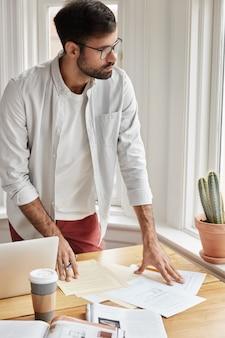 Вертикальный снимок бизнесмена, работающего дома