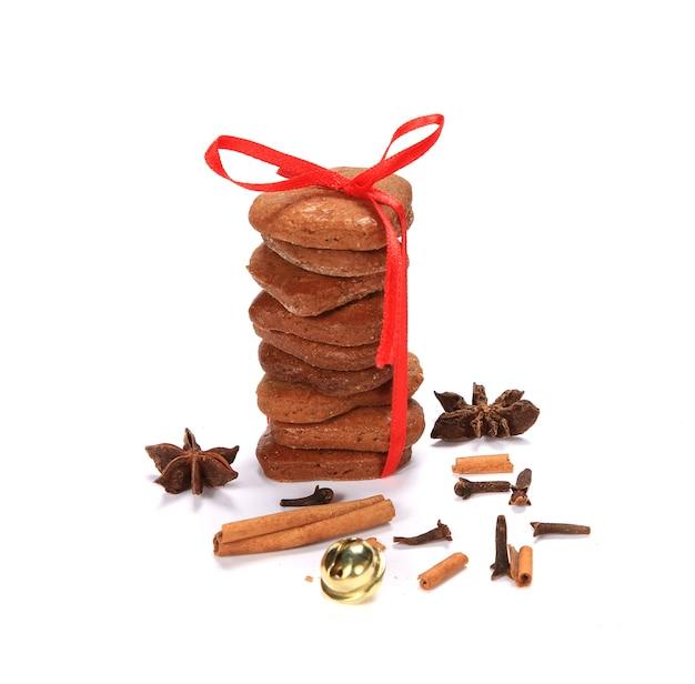 白い表面にクリスマスをテーマにした積み重ねられたクッキーの垂直ショット