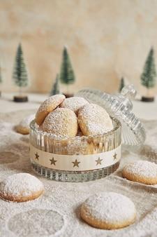 砂糖粉とクッキーの垂直ショット
