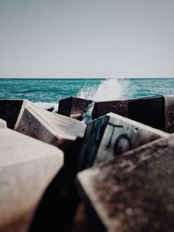 입방체 잔해와 바다에서 물의 몸통에 쓰레기의 세로 샷
