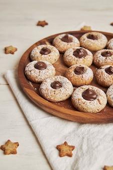 チョコレートとおいしいクリスマスクッキーの垂直ショット
