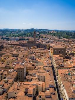 이탈리아의 햇빛 아래 건물과 녹지로 둘러싸인 피렌체의 수직 샷