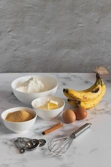 부엌에서 바나나 빵을 굽기위한 재료의 수직 샷