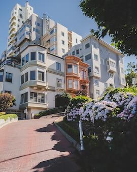 昼間の近代的なアパートの垂直ショット