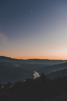 山と青い空の下で湖の垂直ショット