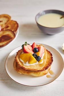 果物が上にあるパンケーキの垂直ショット