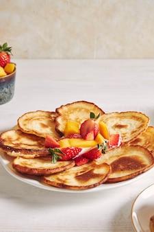 상단에 과일 팬케이크의 세로 샷