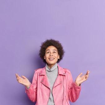 기쁘게 좋은 찾고 곱슬 머리 아프리카 계 미국인 십 대 소녀의 세로 샷 손바닥을 펼치고 위의 모습