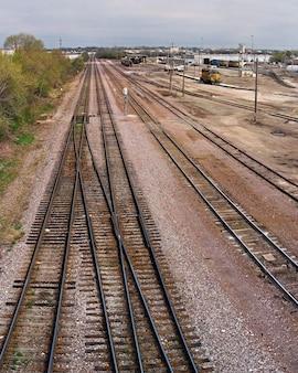 昼間の日光の下で鉄道の垂直方向のショット