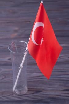 Вертикальный снимок красного турецкого флага в стеклянной вазе