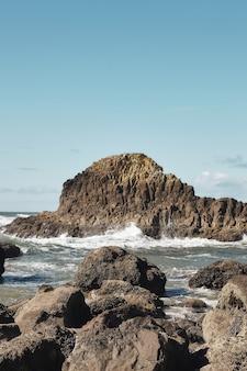 オレゴン州キャノンビーチの太平洋岸北西部の海岸線での岩の垂直ショット