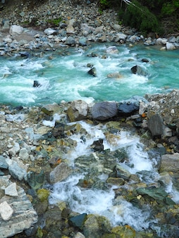 流れる水の中の岩の垂直ショット
