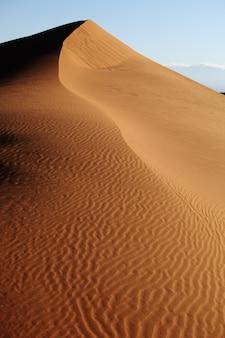 中国西江の砂丘の垂直ショット