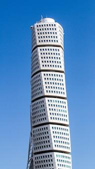 Вертикальный снимок небоскреба анкарпаркен под голубым небом и солнечным светом