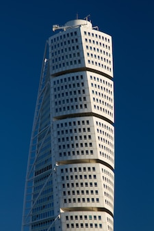 青い空とアンカルパーケン超高層ビルの垂直ショット