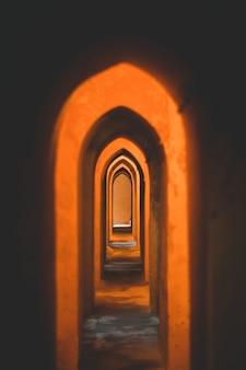 Вертикальный снимок арок в королевских алькасарах севильи, расположенных в севилье, испания