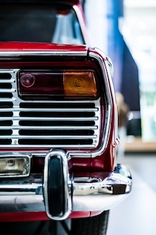 Вертикальный снимок задней части винтажного классического красного автомобиля