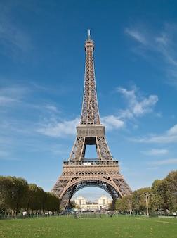 フランス、パリで撮影された美しいエッフェル塔の垂直ショット