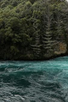 ニュージーランドの美しいフカ滝の風景の垂直ショット