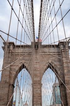 미국 뉴욕의 브루클린 다리와 고층 빌딩의 세로 샷