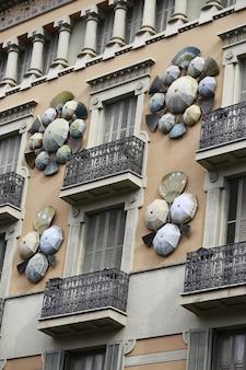 スペインの傘と扇子で飾られたカサブルーノクアドロスの建物の垂直ショット