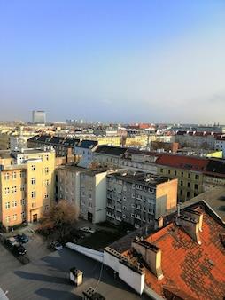 ポーランド、ワルシャワで晴れた日の間に街の垂直方向のショット