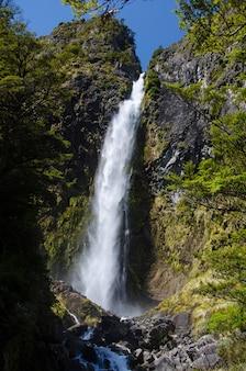 ニュージーランド、アーサーズパスのデビルズパンチボウルの垂直ショット