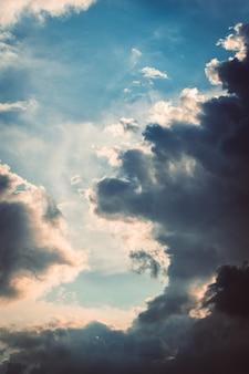 空に集まるふわふわの白い雲の縦のショット