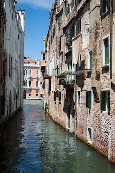 イタリア、ベニスの大運河の垂直ショット