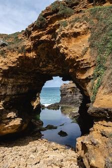 オーストラリア、ピーターバラの洞窟の垂直ショット