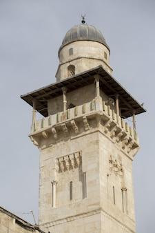 이스라엘 예루살렘에 있는 바위 돔의 첨탑의 수직 샷