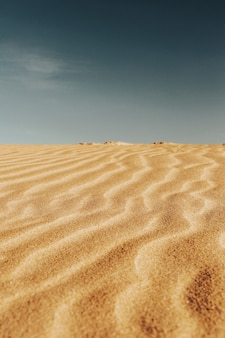 砂漠の砂のパターンの垂直ショット