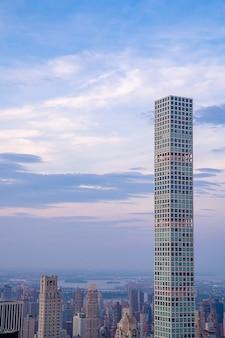 미국 뉴욕에있는 고층 빌딩의 세로 샷
