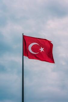 공중에 떠있는 터키 국기의 세로 샷