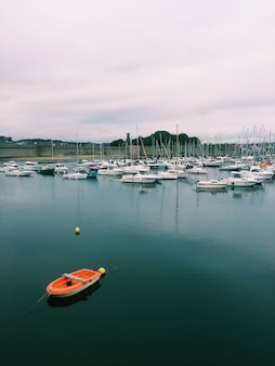 Вертикальная съемка различных лодок на водоем под облачным небом