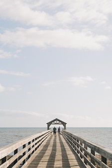 米国ハワイのワイメア州レクリエーション桟橋の垂直方向のショット
