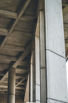 木製の柱の垂直方向のショット
