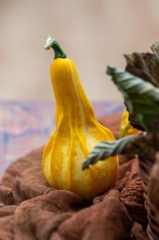 テーブルの上の黄色いズッキーニの垂直ショット