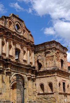 Ripresa verticale della plaza simon bolivar sotto la luce del sole e un cielo azzurro a panama city, panama
