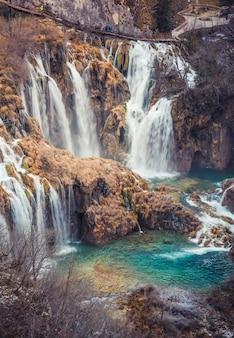 Colpo verticale del parco nazionale dei laghi di plitvice in croazia