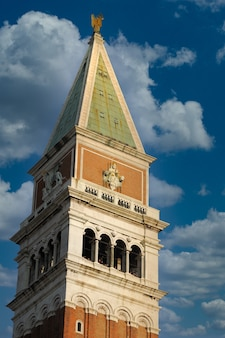 Colpo verticale del campanile di san marco della basilica di san marco a venezia
