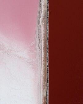 Colpo verticale di sfumature di rosa una accanto all'altra divise da una linea