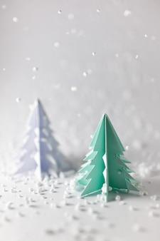 Colpo verticale di piccoli alberi di natale per la decorazione