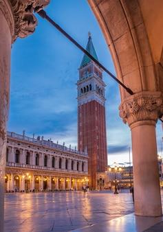 Colpo verticale di piazza san marco a venezia, italia