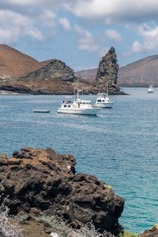 Colpo verticale di due yacht che navigano nell'oceano alle isole galapagos, ecuador